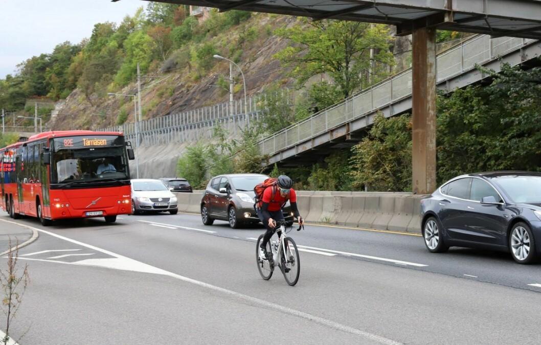 Ivar Grøneng på sykkel langs strekningen på Mosseveien der han ble stanset og etter hvert tiltalt for å ha brukt kollektivfeltet. Foto: André Kjernsli