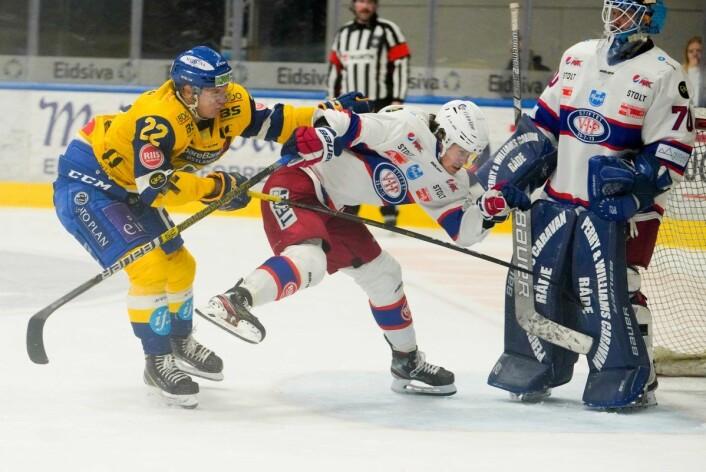 Storhamars Martin Rønnild takler VIF-spiller Magnus Brekke Henriksen inn i mål. Foto: Fredrik Hagen / NTB scanpix