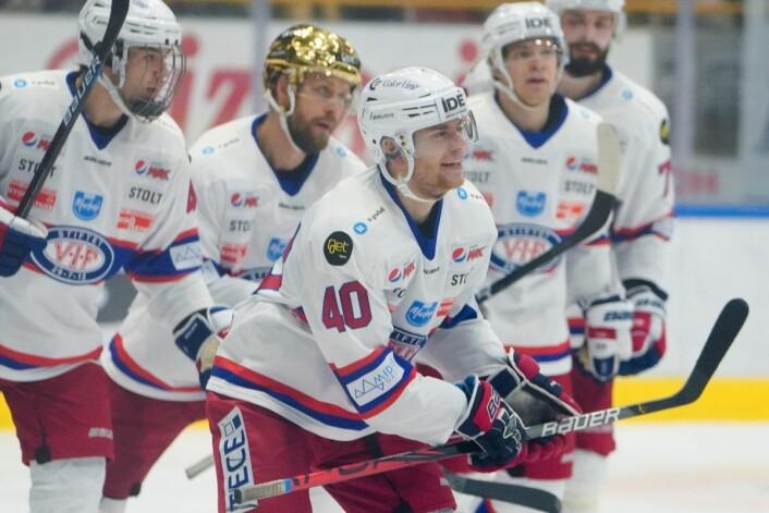Vålerengaspillerne jubler for Oskar Hjartåker Blegen (midten) og 3-1-redusering i bortekampen mot Storhamar. Foto: Fredrik Hagen / NTB scanpix