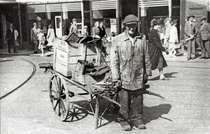 Luse-Frantz var skraphandler. Her er han med kjerra si midt i Oslo. Foto: Oslo Museum, Bymuseet
