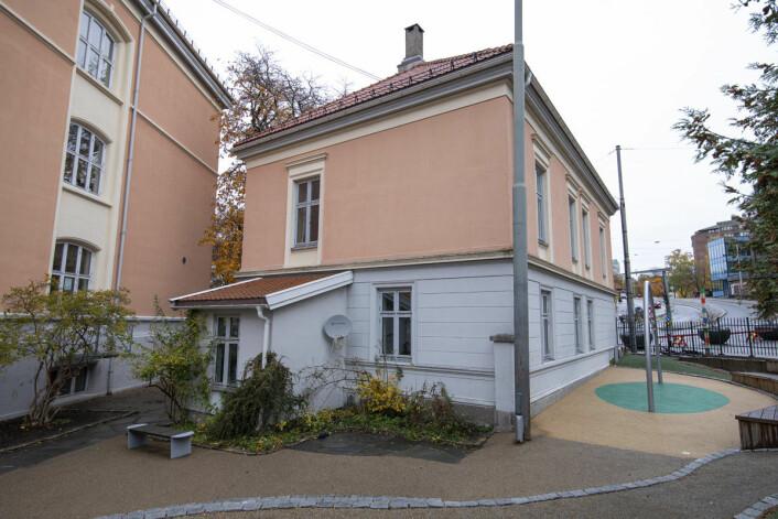 Den stengte rektorboligen på Tøyen skole står midt inni skolegården. Foto: Olav Helland