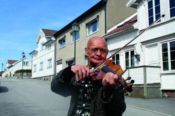 Fiolinisten Renald Antoinette gikk under navnet «Ray» og var et fast innslag på Karl Johan i mange år. Nå har han flyttet til Fredrikstad hvor dette bildet er tatt. Foto: Even Saugstad
