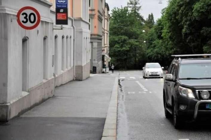 I Hagegata ved Tøyen skole er det innført fartsgrense på 30 kilometer. Nå ønsker byrådet å få dette som standard ved alle Oslos skoler. Foto: Arnsten Linstad
