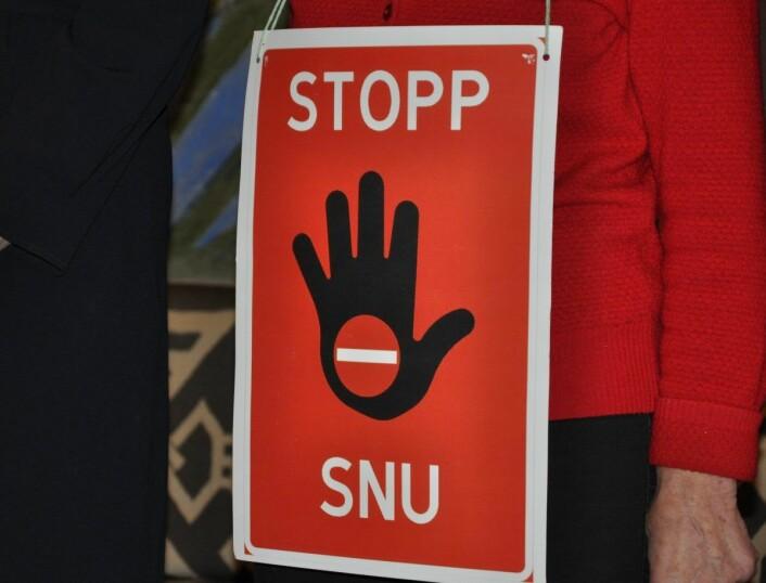 De ni partiene som danner bystyreflertall mot nedleggelse av Ullevål sykehus bar plakater med tydelig budskap til Høyre og Ap. Foto: Arnsten Linstad