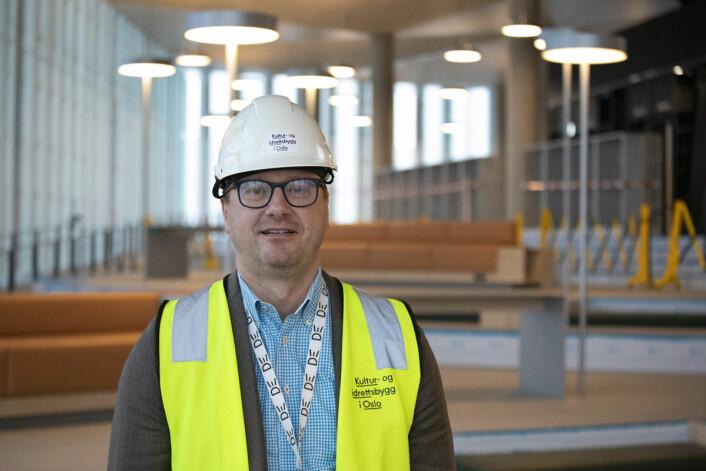 Biblioteksjef Knut Skansen inviterer folk til å ta turen innom det nye hovedbiblioteket den siste helga i mars. Foto: Olav Helland