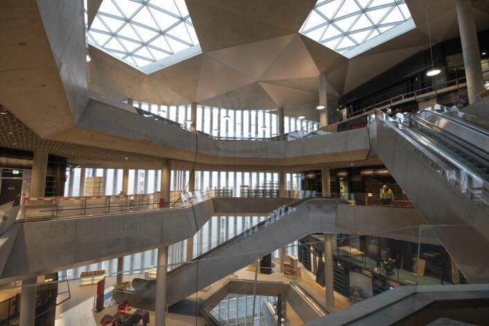 Hovedbiblioteket til Deichman ser ut litt som et shoppingsenter innvendig. Mange flere bøker enn før vil være utstilt her. Foto: Olav Helland