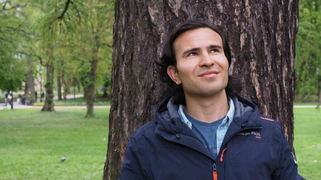 Josef Moradi (25) lever som papirløs oslomann. Nå mottar han årets Humanistpris for å ha løftet fokus på alle ikke-religiøse papirløse. Foto: Aslaug Olette Klausen / Fri Tanke