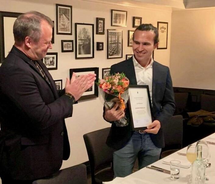 Josef Moradi (25) mottar prisen fra Tom Hedalen og Human-Etisk Forbund. Foto: Human-Etisk Forbund