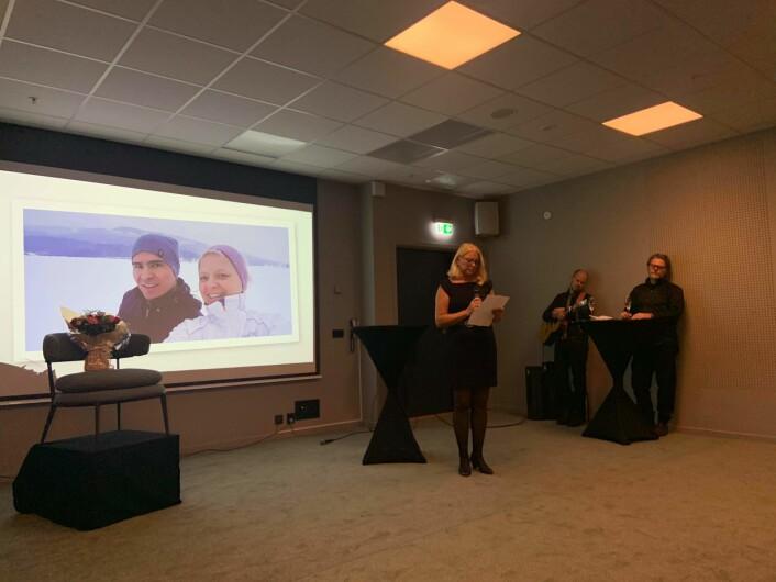 Rita Johnsen Haga, en nær venn og støttespiller av Josef Moradi, holder tale for Human-Etisk Forbund på vegne av Moradi under den offisielle markeringen av prisen. Foto: Human-Etisk Forbund