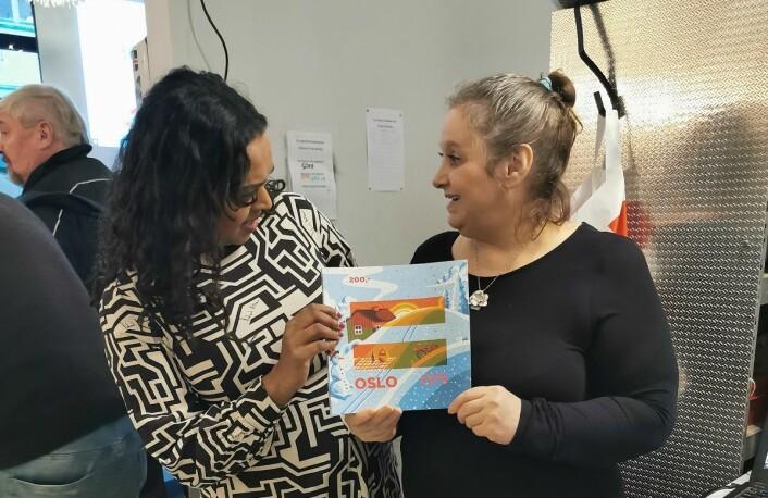 Varaordfører Kamzy Gunaratnam og selger Gina Kristin Ellingsen var begge fornøyd med årets julebok. Foto: Karoline Aanesen