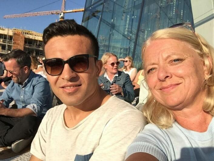 Josef Moradi har bygget seg opp et nettverk av venner og støttespillere i Oslo. Her sammen med Rita Johnsen Haga, som mottok prisen på vegne av Josef under den offisielle markeringen. Foto: Privat