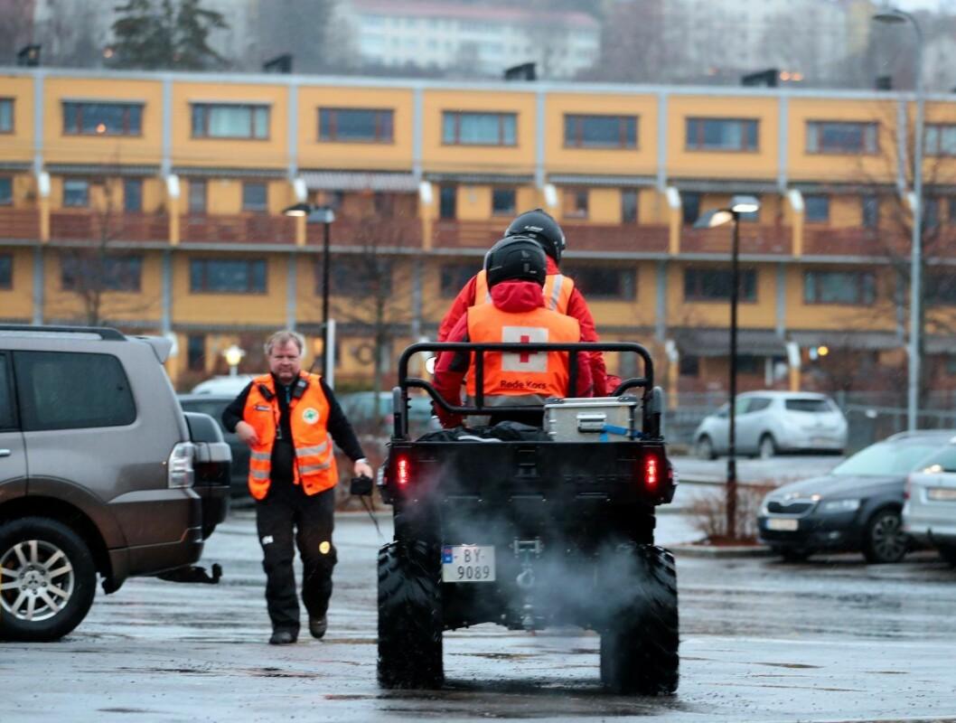 Både helikopter og hundepatruljer ble satt inn i søket hvor også frivillige fra Norsk Folkehjelp, Norske Redningshunder og Røde Kors deltok. Foto: Håkon Mosvold Larsen / NTB scanpix