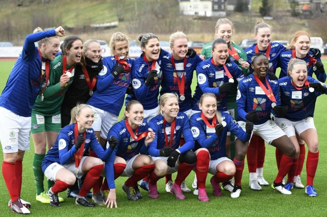 Med en historisk sølvmedalje rundt halsen feiret VIF-jentene seier over Arna Bjørnar i siste serierunde.  Foto Christian Boger
