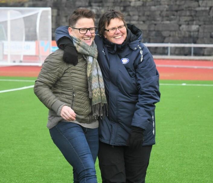Avtroppende hovedtrener Monica Knudsen og sportssjef Eli Landsem gledet seg stort over sølvmedaljer og kvalifisering til Champions League lørdag. Foto: Christian Boger