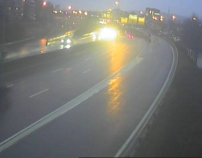 Vegvesenets kamera viser våt og bar veibane på E18 Hjortneskaia ved 15-tiden lørdag ettermiddag. Foto: Statens vegvesen