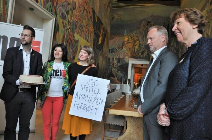 Ordfører Marianne Borgen (SV) og byrådsleder Raymond Johansen (Ap) møtte anti-atomvåpenaktivister før de rødgrønne i sommer fikk vedtatt å melde Oslo inn i internasjonal kampanje mot atomvåpen. Foto: Arnsten Linstad