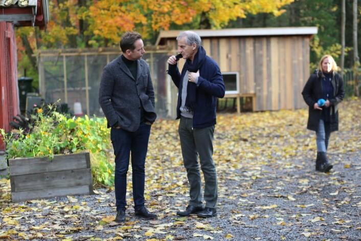 Jonas Gahr Støre (AP) i samtale med mannen bak Geitmyra matkultursenter, kjendiskokken Andreas Viestad. Foto: Bernt Sønvisen / Arbeiderpartiet