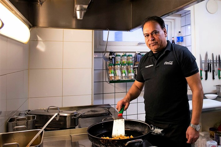Yaqub Malik i gang med å lage maten som får folk til å komme tilbake dag etter dag. Foto: Morten Lauveng Jørgensen