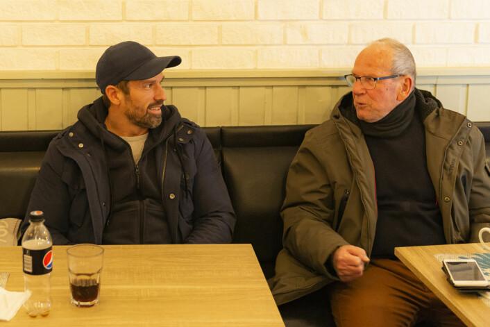 Kim Killerud (t.v) og Terje Dyrbye utveksler historier på stamkafeen sin. Foto: Morten Lauveng Jørgensen