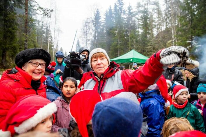 Ordfører Marianne Borgen og Westminister-borgermester Ruth Bush omgitt av skolebarn fra Oslos internasjonale skole og Stenbråten skole. Foto: Haakon Mosvold Larsen / NTB scanpix