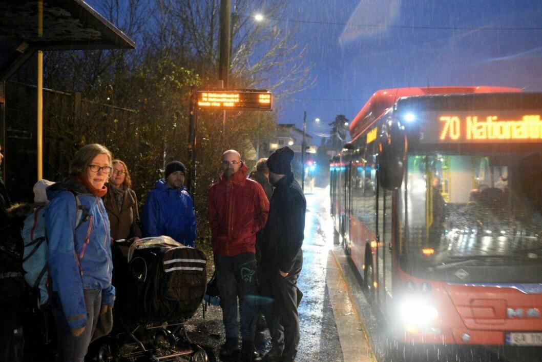 — For oss som bor langs strekningen Skullerud til Ryen er ikke dagens busstilbud holdbart, sier Kjersti Koffeld (til v.). Foto: Bjørnar Morønning