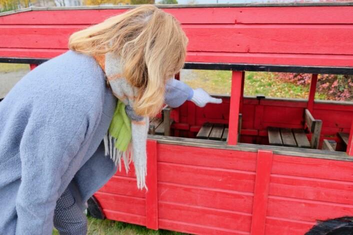 Siri Arnesen peker på stedet hvor den offentlige arbeideren sagde lekebussen i to. Foto: Emilie Pascale