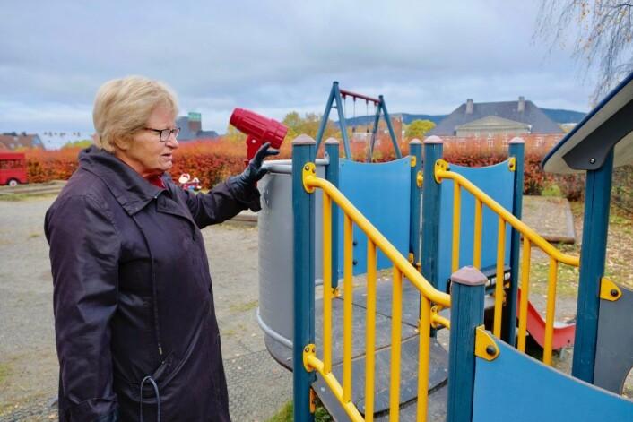 Helga Arnesen viser frem et av lekeapparatene satt i stand av Vellet. Foto: Emilie Pascale