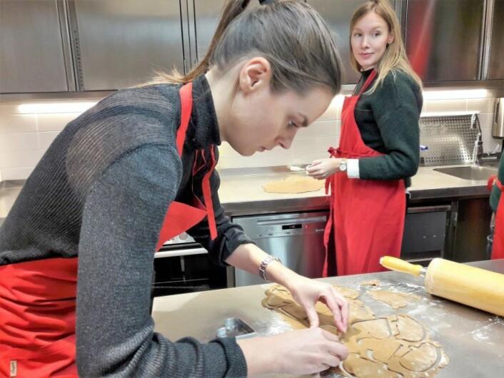 Tone Staum i dyp konsentrasjon for å utnytte hvert gram av den spesiallagede pepperkakedeigen. I bakgrunnen Ingvild Denstad. Foto: Anders Høilund