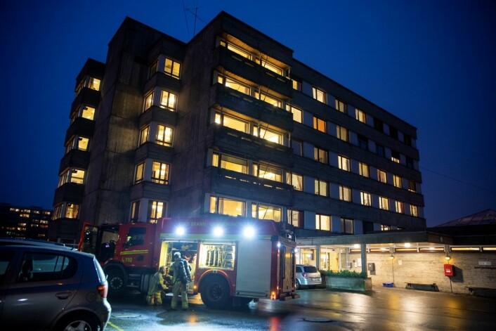 Det begynte å brenne på en balkong på Ammerudhjemmet i Oslo onsdag ettermiddag. En person er bekreftet omkommet. Foto: Tore Meek / NTB scanpix