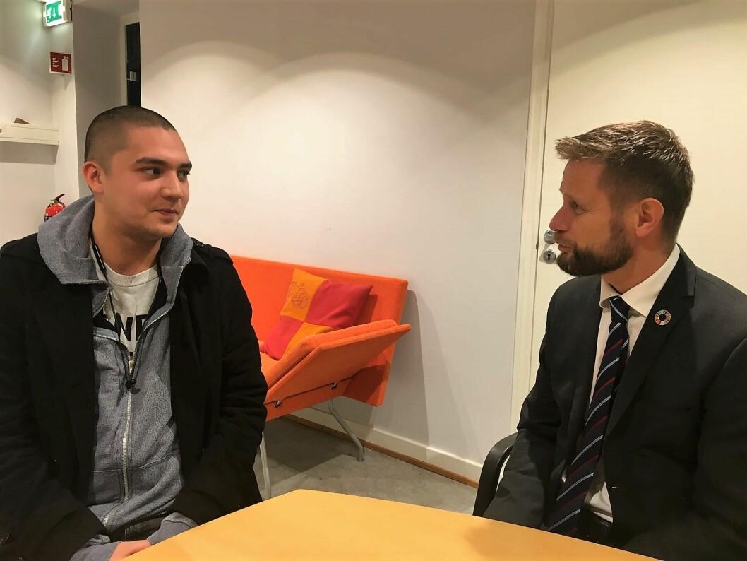 Kenneth Dybdal forteller helseminister Bent Høie om hvordan han møtte hjelpeapparatet da han slet. I dag er Kenneth selv blitt en hjelper. Foto: Vegard Velle
