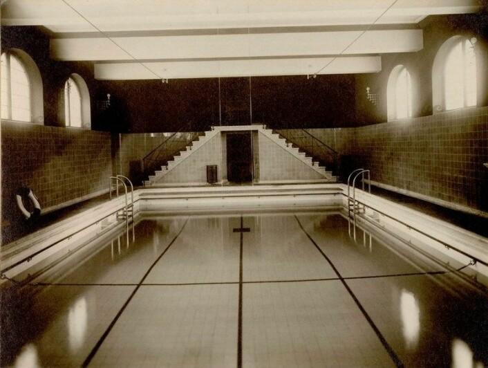 Bassenget i Sagene folkebad. Bildet antagelig tatt da svømmehallen var ferdigstilt i 1926. Foto: Eyjolfsson / Oslo byarkiv