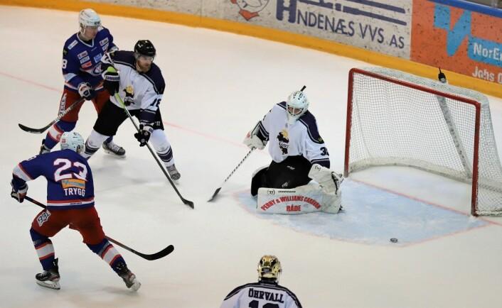 Mats Trygg styrer pucken millimetere utenfor målet. Foto: André Kjernsli