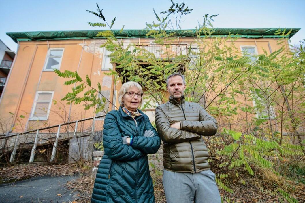 Andrea Gaarder og Per Gunnar Dahl ønsker seg en full opprydning av fredede Villa Sorgenfri. Nabolagsforeningen tilbyr seg å drifte huset som bydelshus mot at kommunen pusser det opp. Foto: Olav Helland