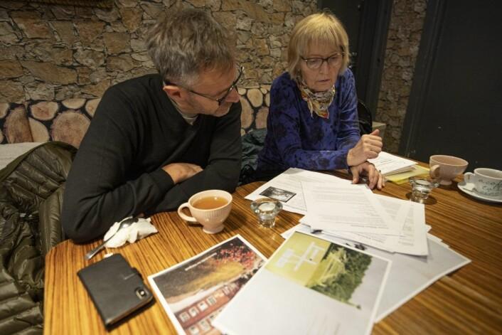 Per Gunnar Dahl og Andrea Gaarder ser gjennom papirer om Sophies Mindes historie. Foto: Olav Helland