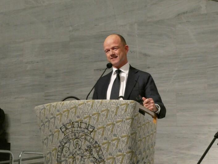 Ole Erik Almlid, sjefen i NHO, var hovedtaler under seremonien for de ferske svennene og fagarbeiderne. Foto: Ole Kristian Grønneng / Utdanningsetaten