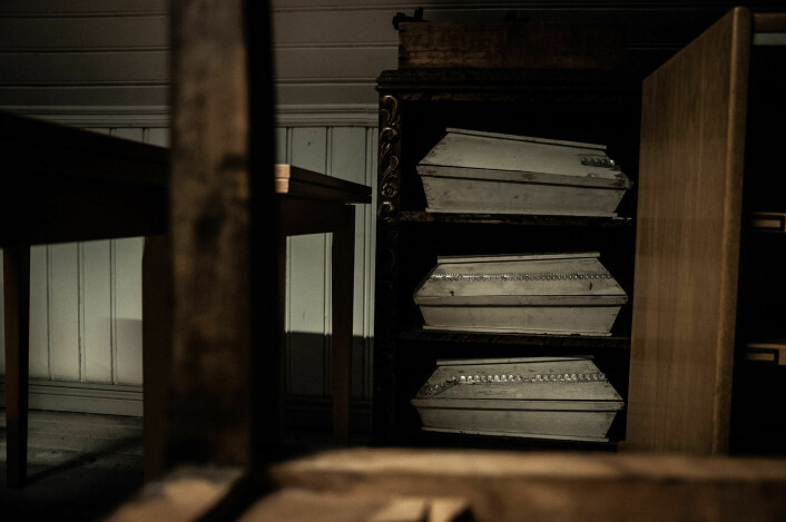 På loftet på Prindsen står det små likkister for barn. Foto: Henrique Kugler