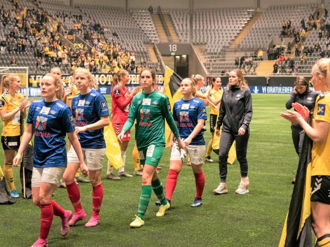 Cupfinalen blir alt annet enn en fest for Vålerenga-jentene. Her går de slukøret av banen etter 5-1-tapet mot erkerival Lillestrøm. Foto: Bjørnar Morønning