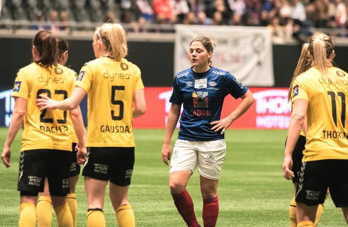 Vålerengas midtbaneelegant Dejana Stefanovic depper, mens Lillestrøm-spillerne jubler etter scoring. Foto: Bjørnar Morønning