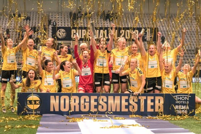 Etter kampslutt kan LSK-jentene juble for nok et cupgull. Foto: Bjørnar Morønning