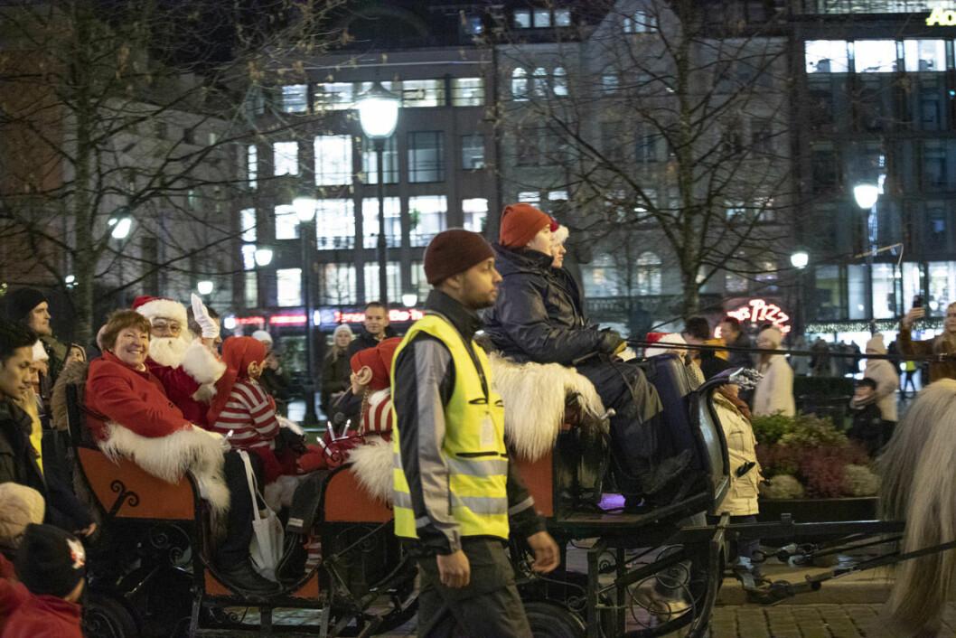 Ordføreren og Julenissen på vei opp Karl Johan med hest og slede. Foto: Olav Helland