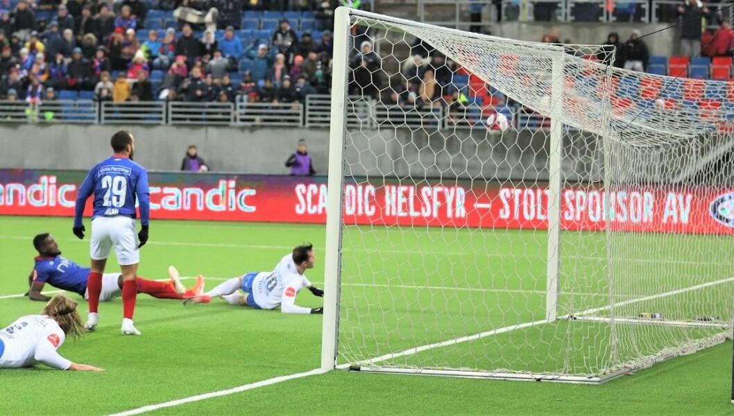 Vålerenga hadde nok sjanser til å sikre seier i sesongens siste hjemmekamp mot Molde, men slet med avslutningene. Her er det Sam Adekugbe (liggende) som treffer stanga. Foto: André Kjernsli