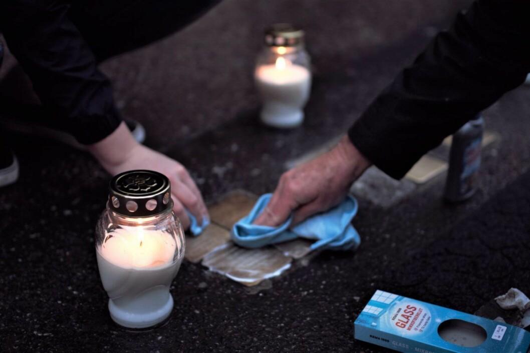 Snublesteinene ble ikke bare pusset. Det ble også holdt minnestund der folk tente lys for de norske jødene som ble drept. Foto: Human-Etisk Forbund
