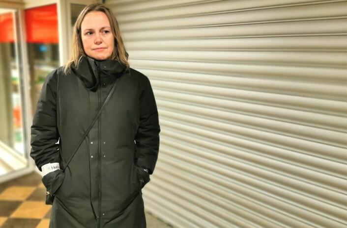 En stengt dør møter Anita Wold og andre kunder ved Grünerløkka postkontor rett før julerushet setter inn. Foto: Christian Boger