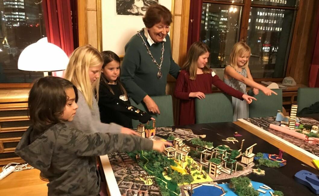 Barna var stolte og pekte ut hver sin modell av Filipstad for ordfører Marianne Borgen. Foto: Caroline Støvring