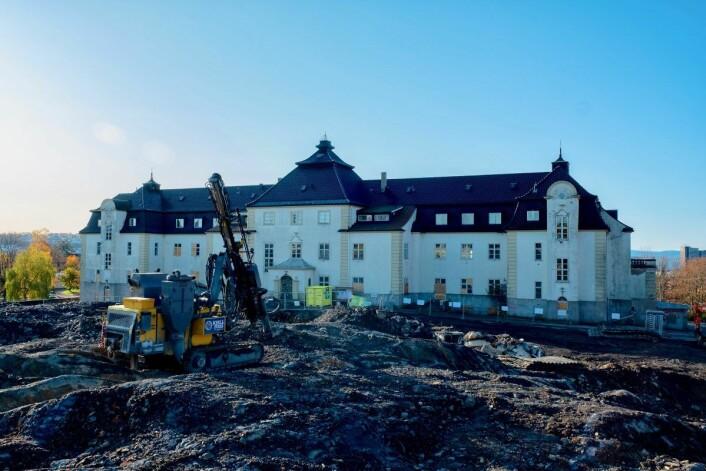 Det gamle sykehjemmet er byggeplassens nærmeste nabo. Foto: Erik Holland Haukebø
