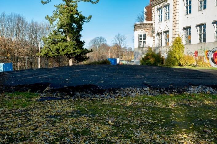 Den vernede plassen er fylt med sand og asfalt. Foto: Erik Holland Haukebø