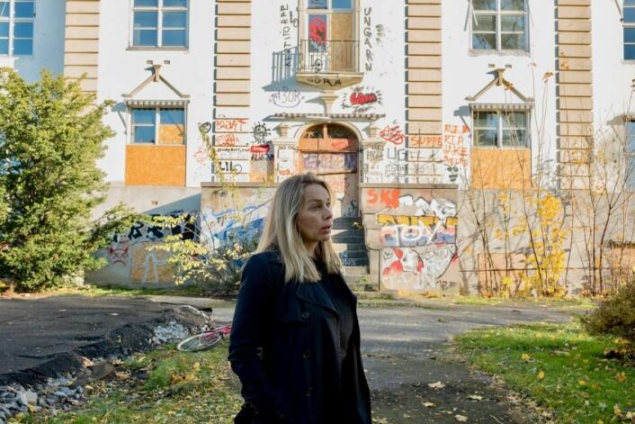 — Her kunne vi hatt møteplass for barn fra begge bydeler, sier Hilde Bjørnstad fra Lille Tøyen hageby borettslag. Foto: Erik Holland Haukebø