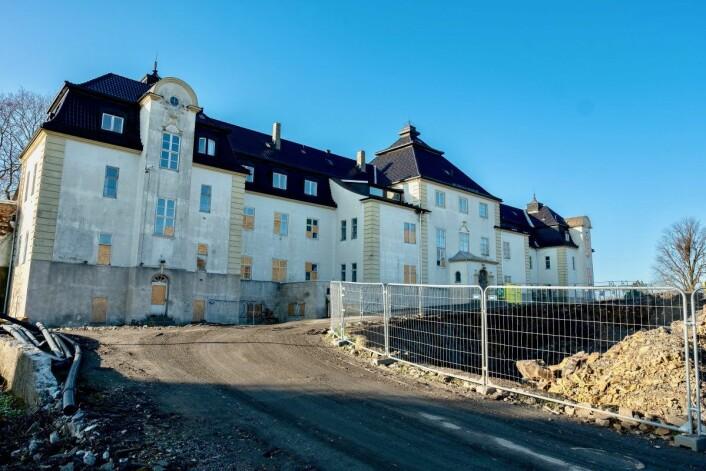 Veien opp til det gamle slottlignende bygget er prydet med byggematerialer og sand. Foto: Erik Holland Hakuebø