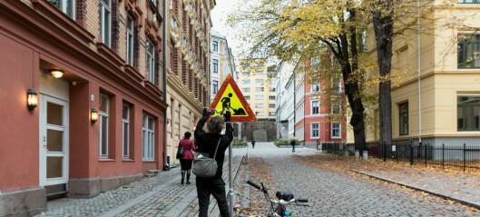 Fransk kunstner har laget humor ut av 100 gateskilt i indre Oslo. Se fotoene