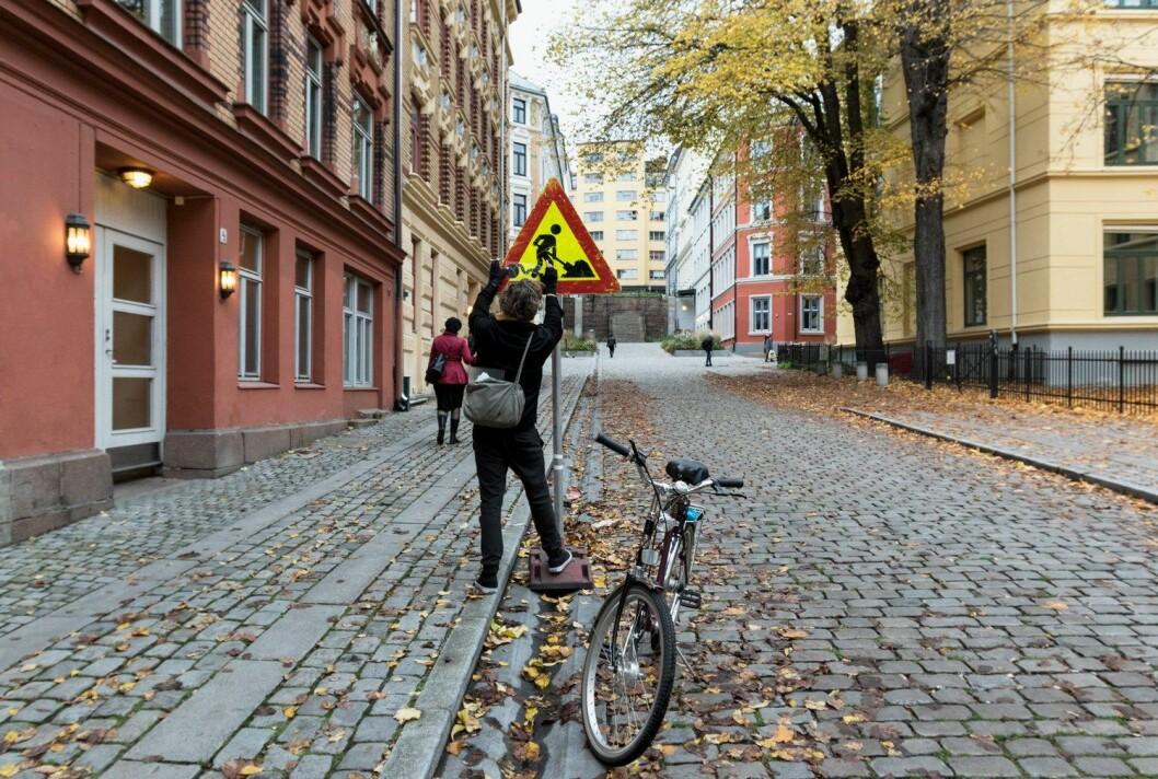 Clet Abraham pynter på et skilt. Foto: Henrik Haven